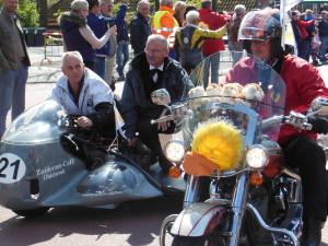 Hindericus reed op een ouderwetse zijspan mee tijdens de Egg Run